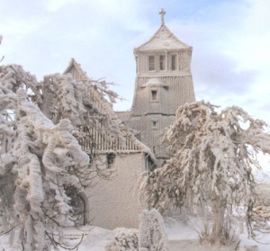 die Zinnwalder Kirche, tief verschneit - ein Winterwunderland