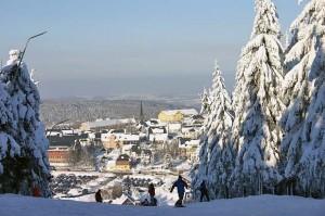Blick vom Skihang auf das verschneite Altenberg