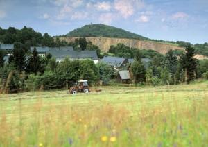 Blick zur Pinge in Altenberg, dahinter der Geisingberg - Foto: Christian Prager